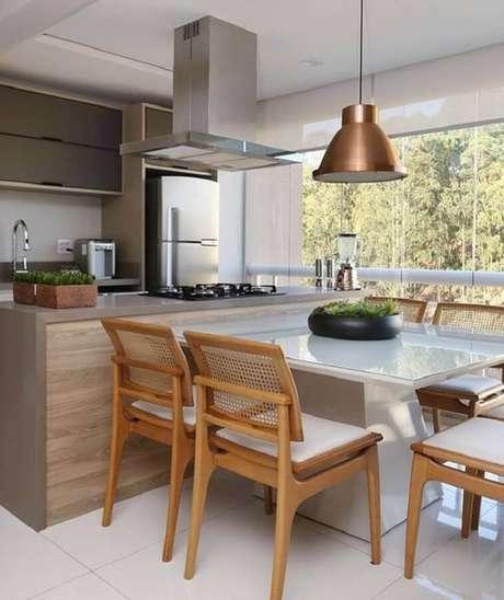 55. Decoração clean com pendente cobre para cozinha planejada com ilha – Foto: Mikaelian Arquitetura
