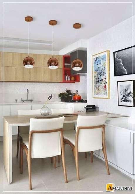 56. Decoração clean com pendentes para cozinha pequena com bancada de madeira – Foto: Lustres Amandini
