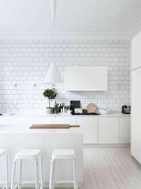 23. Cozinha com decoração bem clarinha e pendentes para cozinha branco