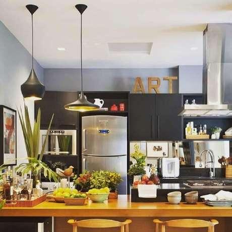 6. Os pendentes para cozinha não podem atrapalhar a circulação pelo ambiente e nem a comunicação das pessoas – Foto: Lumiato