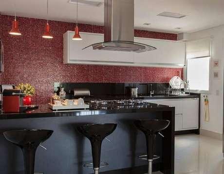 13. Decoração com pendentes para cozinha americana preta e vermelha