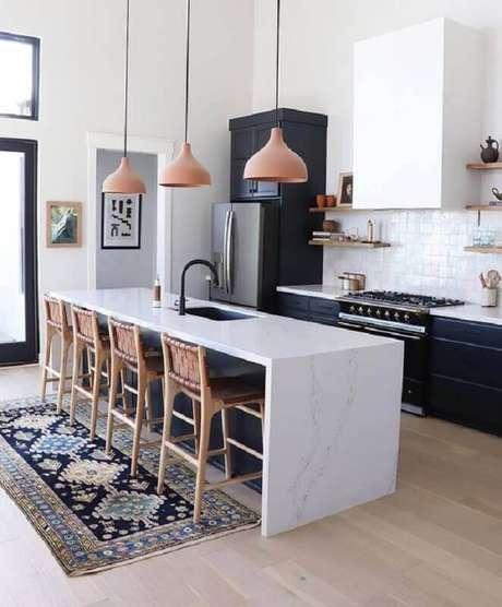58. Pendentes para cozinha com ilha decorada com banquetas rústicas e bancada de mármore com pia – Foto: Hunker
