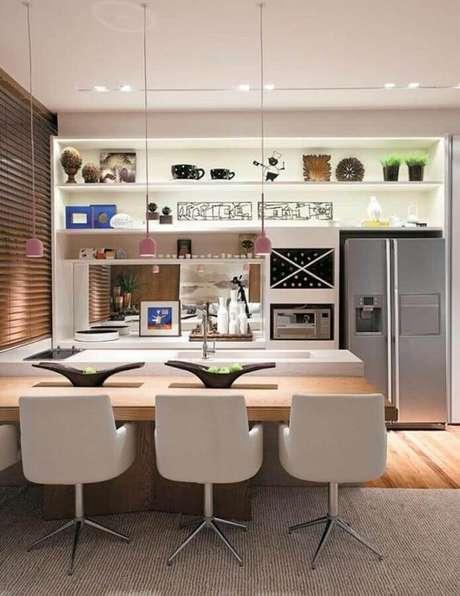 61. Delicada decoração com modelo cor de rosa de pendentes para cozinha com mesa de madeira integrada à bancada – Foto: Pinterest