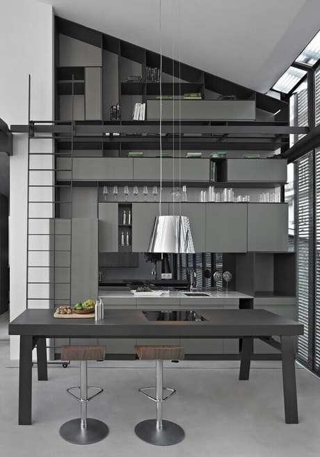 62. Decoração moderna com pendente para cozinha planejada cinza – Foto: ArchDaily