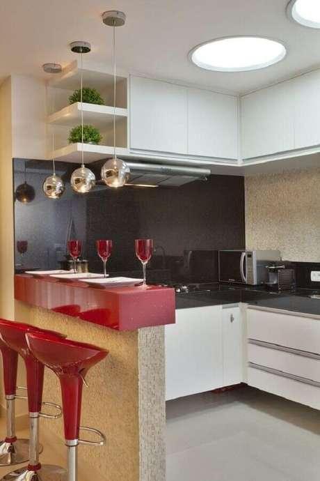7. Decoração simples com pendentes para cozinha planejada com bancada e banquetas vermelhas – Foto: Pinterest