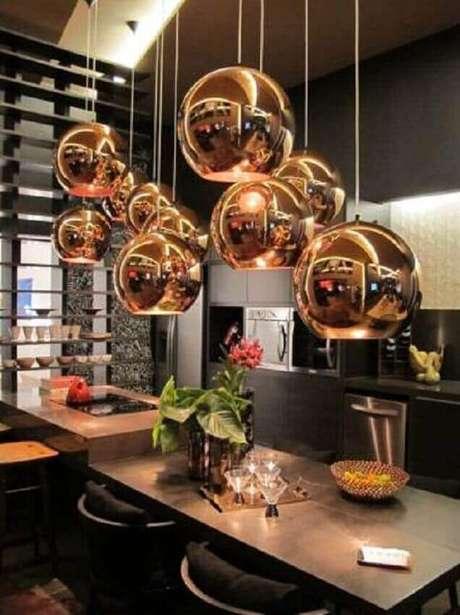 26. Alguns modelos de pendentes para cozinha podem trazer bastante elegância ao ambiente