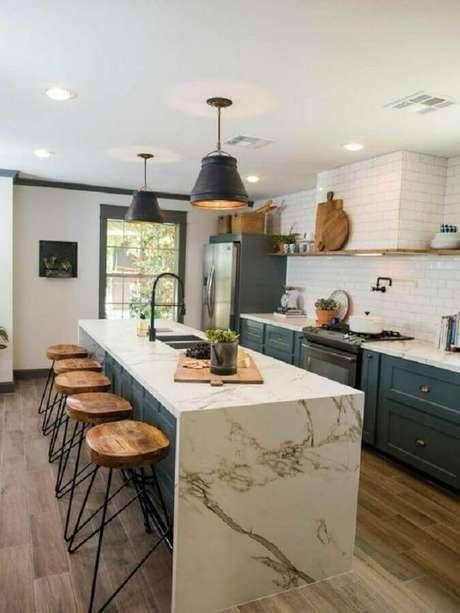 64. Modelo arrojado de pendentes para cozinha planejada com ilha de mármore – Foto: Liliana Zenaro Interiores