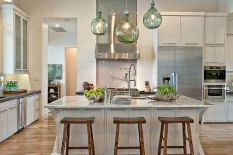 18. Pendente para bancada de cozinha com estrutura verde de vidro