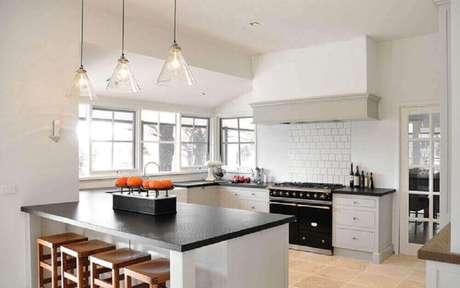 30.Pedentes para cozinha que são de vidro trazem leveza ao ambiente