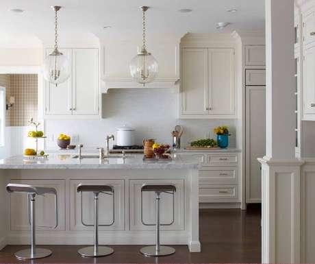 54. O vidro no pendente para bancada de cozinha trás leveza para a decoração