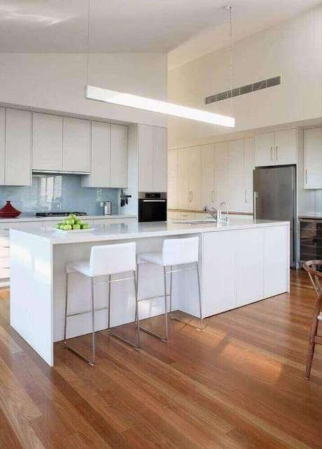 31. Design moderno de pendentes para cozinha com ilha grande toda branca