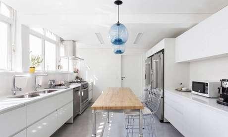 27. Modelos de pendentes para cozinha feitos em vidro azul
