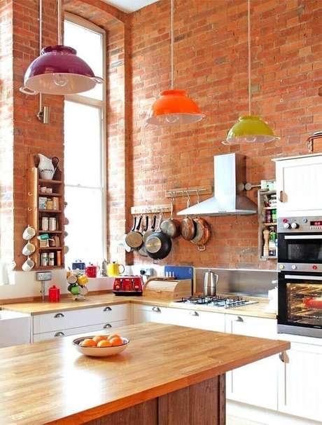 9. Pendente para bancada de cozinha com cores diferentes