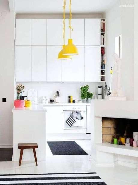 14. Decoração clean com pendente amarelo para cozinha toda branca