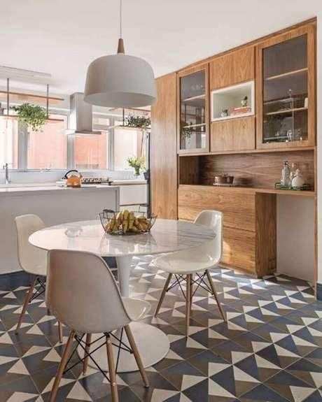 71. Pendente grande para decoração de cozinha com mesa redonda branca – Foto: Tria Arquitetura