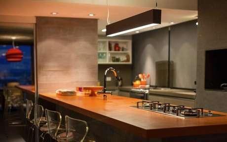 19. Modelo minimalista de pendente para cozinha americana moderna com bancada de madeira