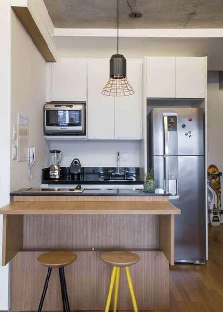 73. Pendente para cozinha pequena e simples planejada com bancada de madeira – Foto: ArchDaily