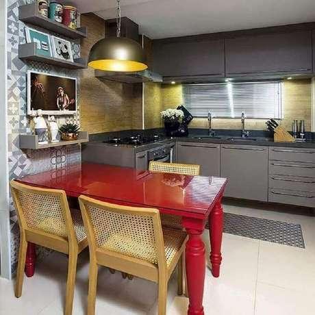 74. Pendente para cozinha planejada com armários cinza e mesa vermelha – Foto: Renovatto Design Interiores