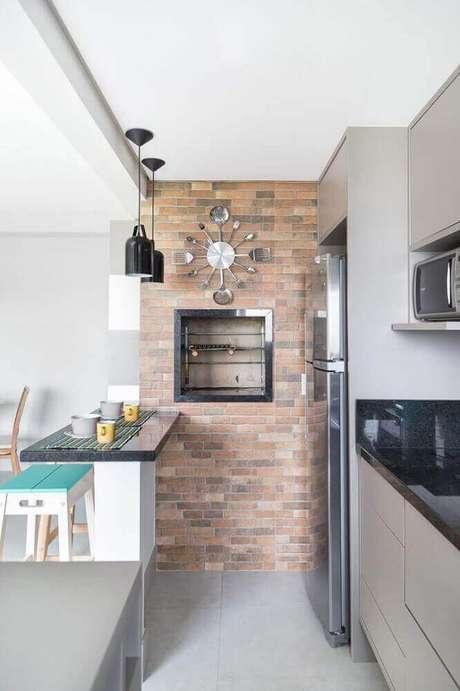 37. Pendentes para cozinha preto sobre bancada simples e pequena.