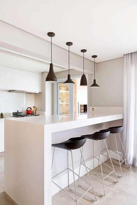 41. O pendente para cozinha preto ganha bastante destaque no ambiente clean