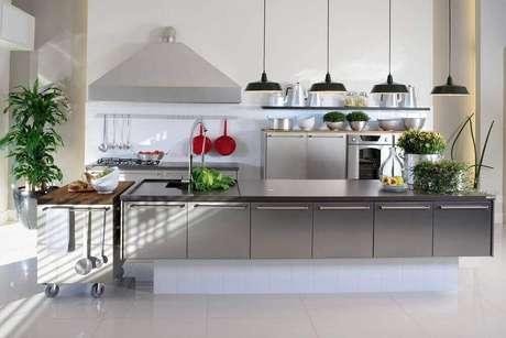 47. Decoração moderna com pendente preto para bancada de cozinha em tons neutros
