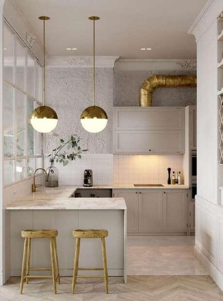 75. Pedentes redondos com detalhes em dourado para decoração de cozinha toda branca planejada – Foto: Behance