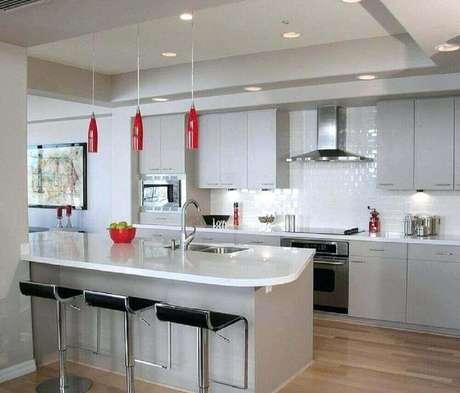 45. Pendente vermelho para cozinha com decoração toda branca