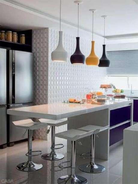 50. Para criar um ambiente mais divertido, invista em pendentes para cozinha com cores diferentes