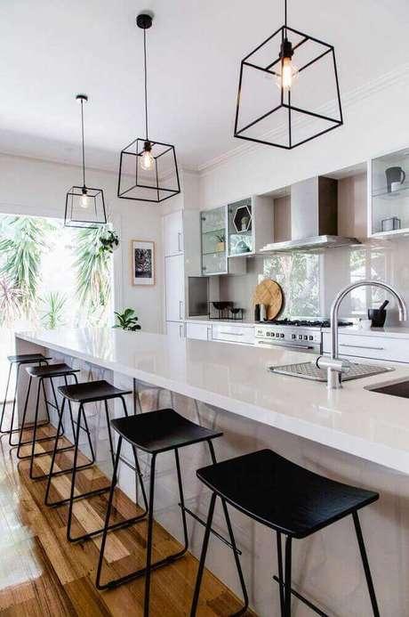 34. Design arrojado de pendentes para cozinha com ilha branca