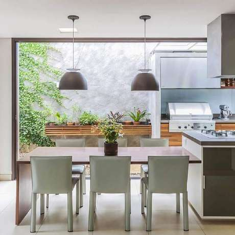 79. Pendentes para cozinha gourmet moderna – Foto: Rogerio Shinagawa e Eliana Corsini