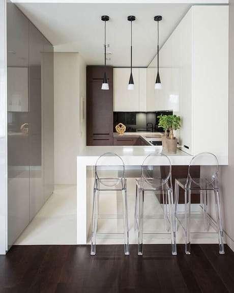 81. Pendentes para cozinha pequena e moderna com móveis planejados e banquetas de acrílico transparente – Foto: JV Arquitetura & Interiores