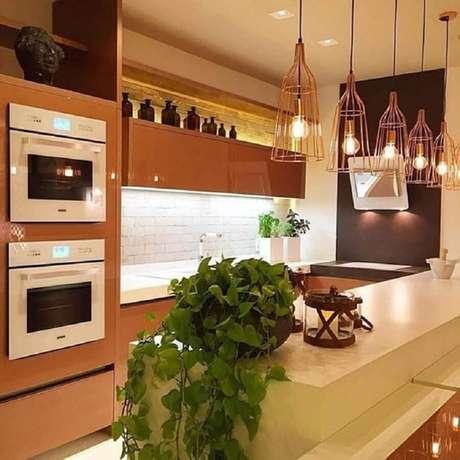 82. Pendentes para cozinha planejada com armários marrons – Foto: Romero Duarte & Arquitetos