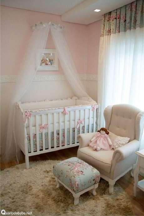 9. Decoração com estilo clássico e romântico para quarto de bebê rosa e branco – Foto: Pinterest