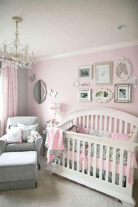 10. Decoração clássica para quarto de bebê cinza e rosa – Foto: Pinterest