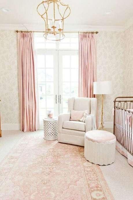 11. Decoração clássica e delicada para quarto de bebê rosa e branco com lustre dourado – Foto: Bria Hammel Interiors