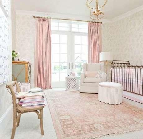 13. Decoração para quarto de bebê rosa e branco amplo – Foto: Pinterest
