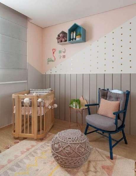14. Quarto de bebê cinza e rosa decorado com bolinhas douradas na parede com pintura geométrica – Foto: Amis Arquitetura e Decoração