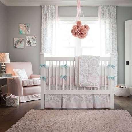 15. Decoração de quarto de bebê rosa, cinza e branco – Foto: House and Decors