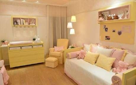 6. Decoração de quarto de bebê rosa e amarelo – Foto: Pinterest