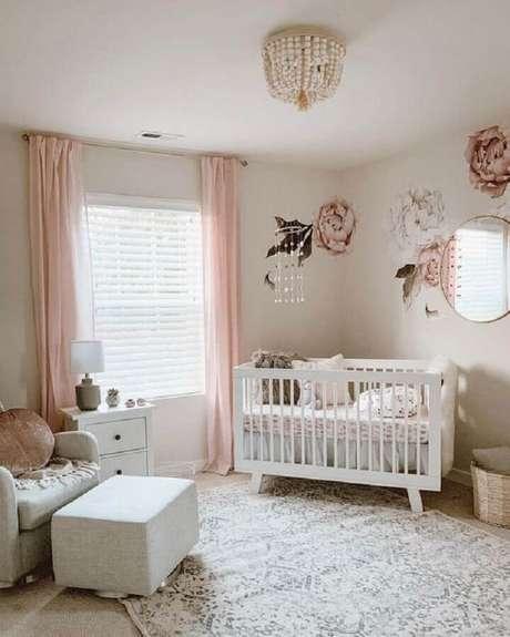 17. Quarto de bebê rosa e branco decorado com adesivos de rosas grandes para parede e espelho redondo – Foto: Urbanwalls
