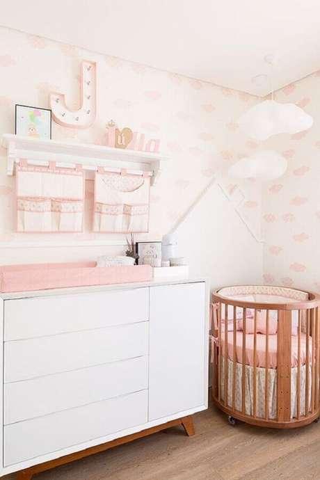 18. Decoração de quarto de bebê rosa e branco com papel de parede e luminária nuvem – Foto: Pinterest