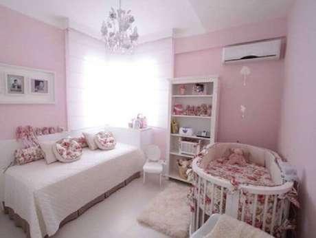 19. Decoração simples para quarto de bebê rosa e branco – Foto: We Heart It