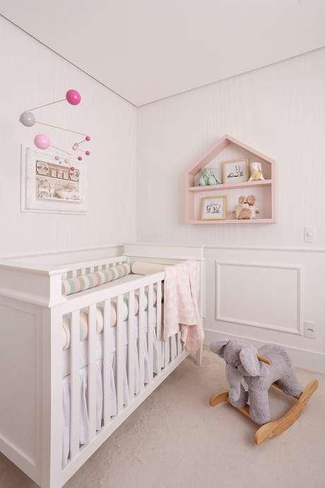 20. Decoração delicada com nicho em formato de casinha para quarto de bebê rosa e branco – Foto: House Fashion Trend