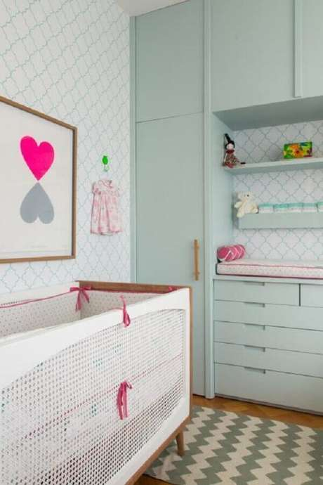 22. Invista em uma decoração lúdica para o quarto de bebê verde e rosa – Foto: Construção e Design