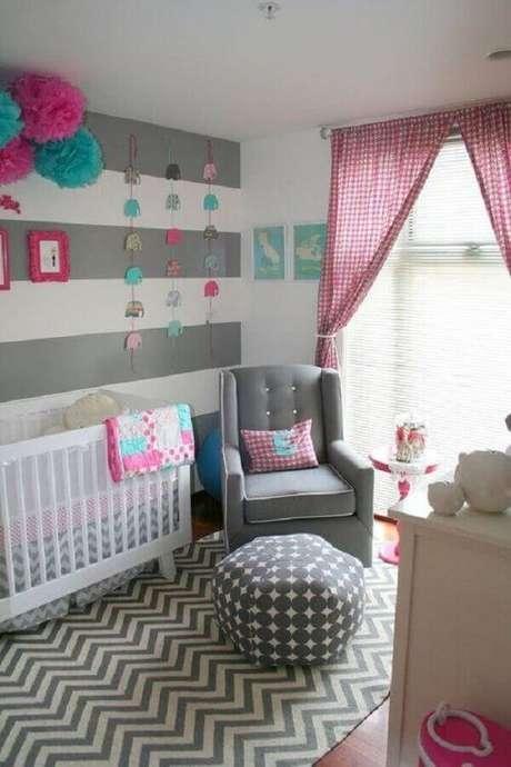24. Quarto de bebê cinza e rosa com decoração moderna combinando estilos diferentes de estampas – Foto: ArchZine