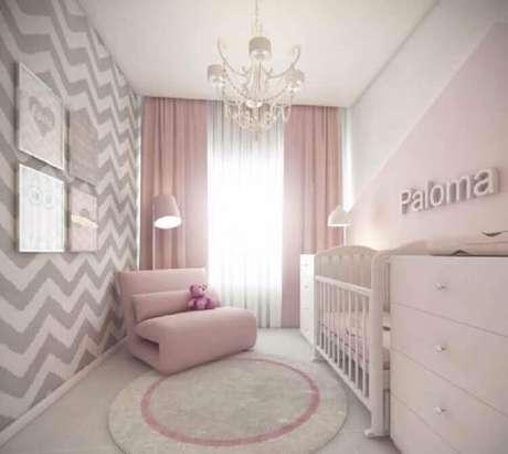 25. Decoração moderna de quarto de bebê rosa e cinza com papel de parede chevron – Foto: Solo Infantil