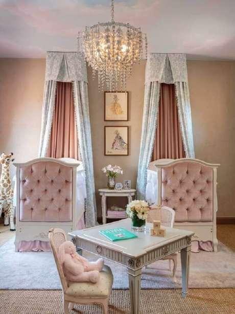 26. Decoração clássica e sofisticada para quarto de bebê rosa com lustre de cristal e dossel em berços com acabamento capitonê – Foto: Home Fashion Trend