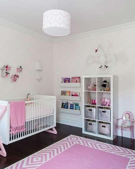 27. Quarto de bebê rosa e branco com decoração simples – Foto: PopSugar