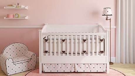 28. Decoração simples de quarto de bebê rosa e branco – Foto: Webcomunica