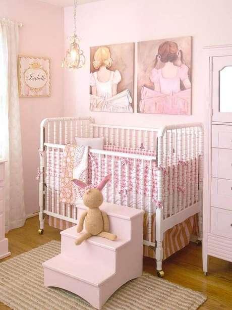 30. Quarto de bebê rosa com decoração romântica e simples – Foto: Futurist Architecture